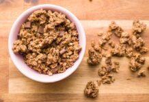 Dietetyczna domowa granola z miodem i czekoladą